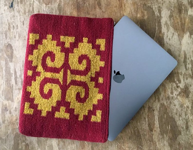 housse ordinateur laine rouge et jaune avec motif mexicain Caracol