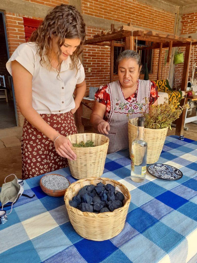 Sandra de Sancho Poncho qui parle avec un artisan