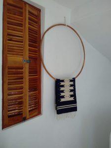 utiliser un anneau en bois pour mettre en avant le tapis linea bleu