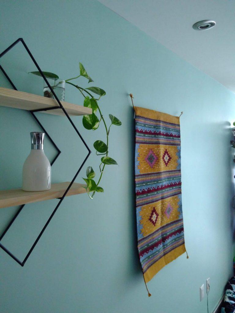 tapis fixé au mur grâce à une barre coulissante