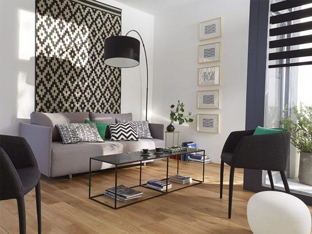 tapis accrpché au mur noir et blanc